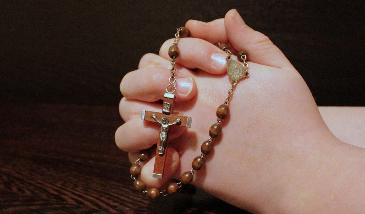 how to hold a rosary while praying